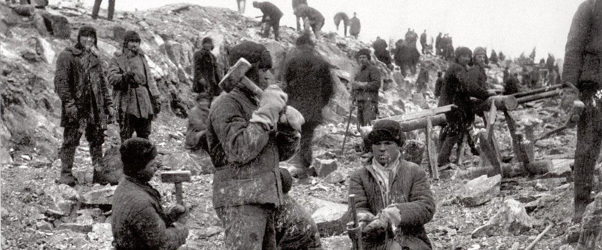 Prisioneros partiendo piedras y colocando cargas explosivas.