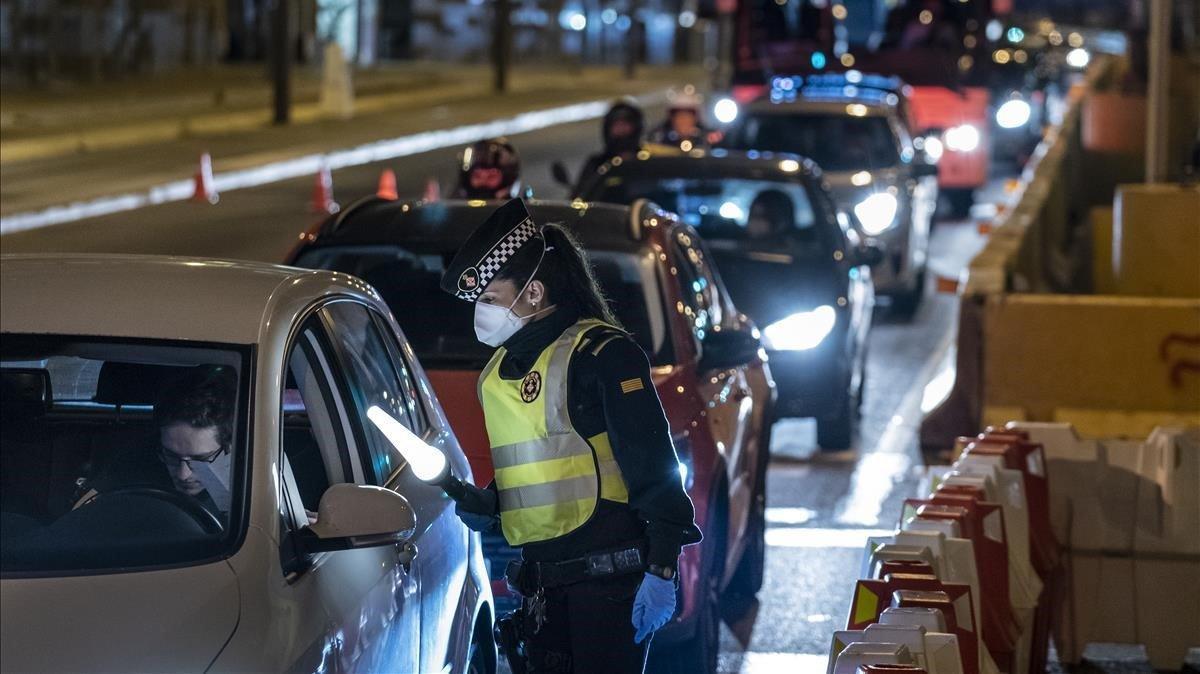 Control de la Guardia Urbana de Barcelona en la salida de la ciudad por la Gran Vía de Les Corts Catalanes