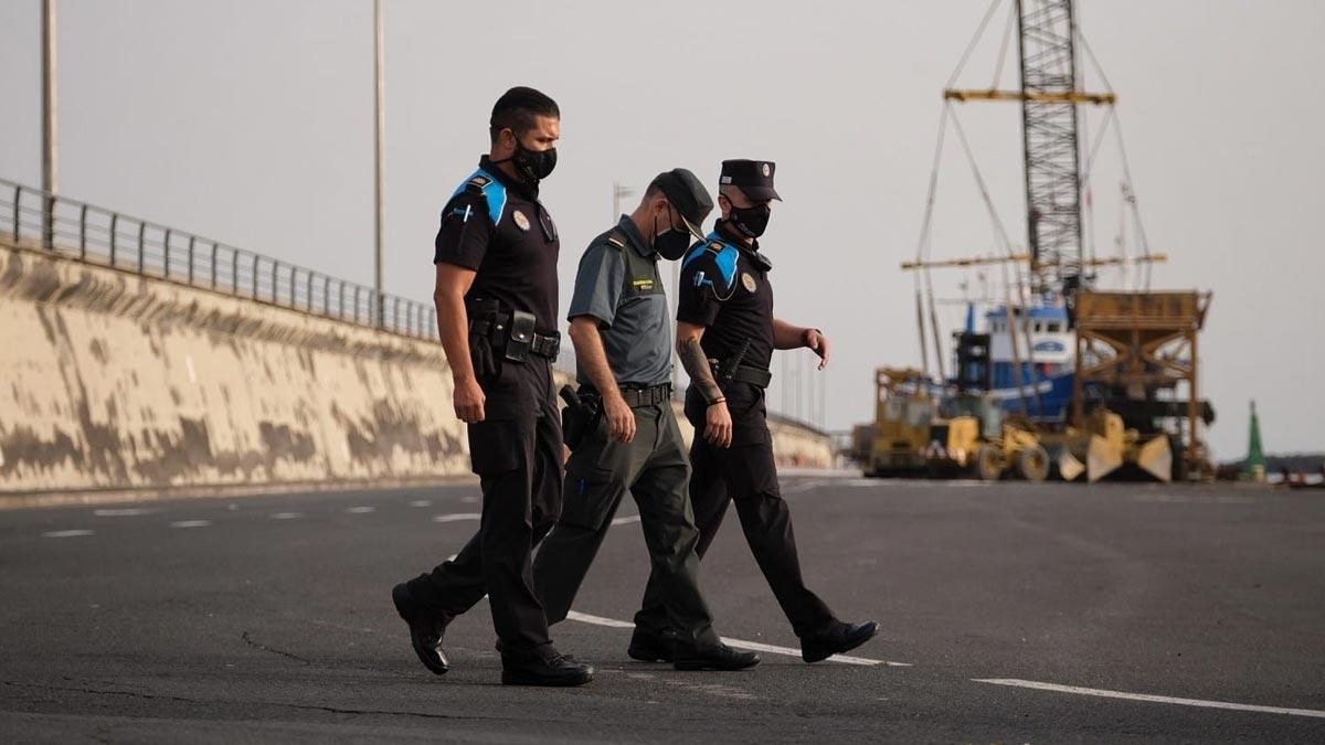 Policía en el puerto de Tenerife.