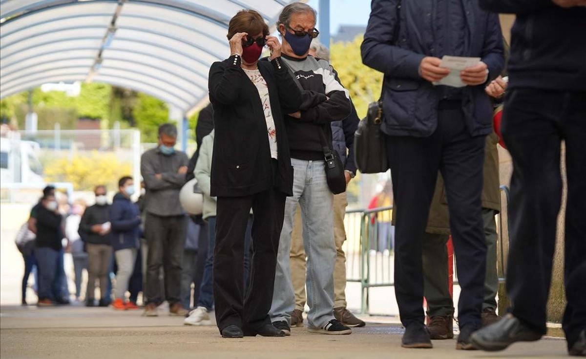 Largas colas para votar en los colegios de Madrid en las elecciones del 4-M. En la foto, el colegio de La Navata.