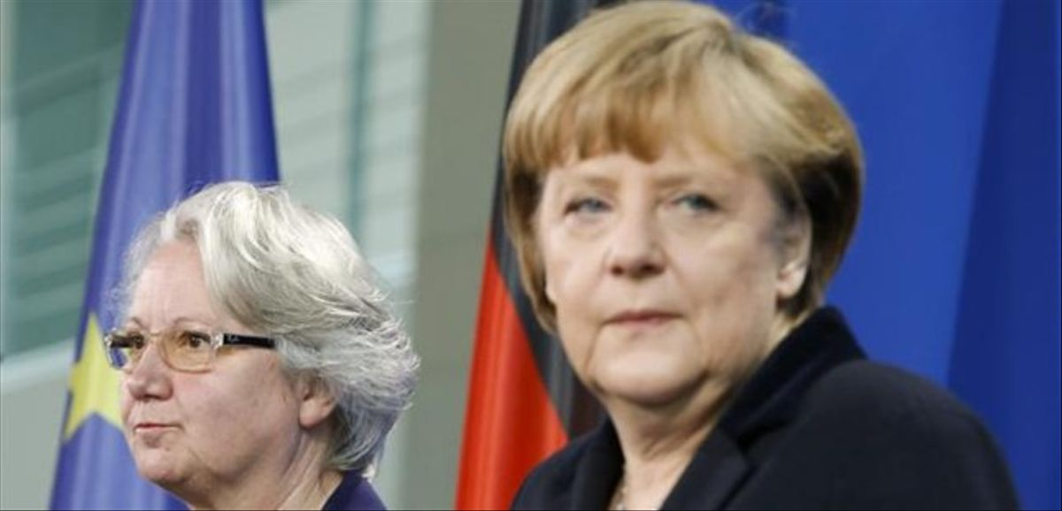 La ministra Annette Schavan, en segundo plano, junto a Angela Merkel.