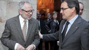 El presidente del Consell Assessor per a la Transició Nacional, Carles Vives Pi-Sunyer (i), con Artur Mas.