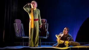 Shuarma en una escena del musical 'Antoine' junto a Javier Navarcles.