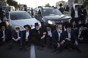 Judíos ultraortodoxos durante una protesta contras las restricciones impuestas contra el coronavirus en Israel.