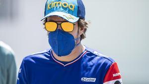 Fernando Alonso, en el 'paddock' de Montmeló.