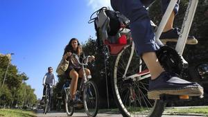Ciclistas en el carril-bici del paseo de Sant Joan, en Barcelona, este miércoles.