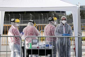 Personal sanitario realizandotest de coronavirus.