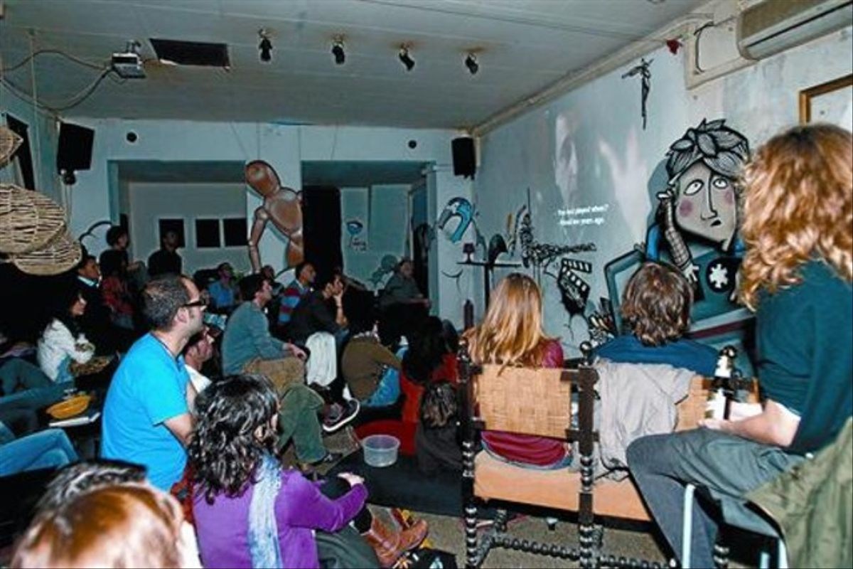 Reunión de cinéfilos en el Inusual Project, en el Raval, el jueves.