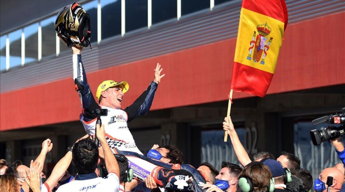El catalán Albert Arenas (KTM) es manteado, hoy, en el corralito de Portimao.