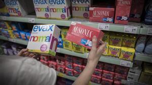 Paquetes de distintas marcas de compresas en un supermercado.