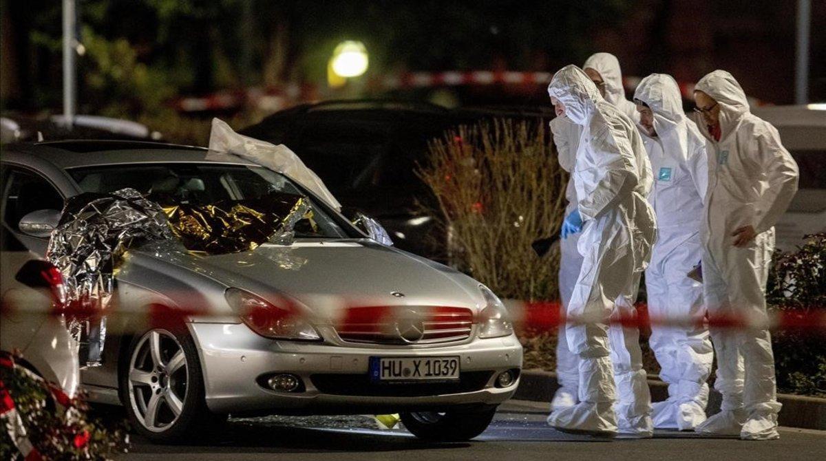La policía científica trabaja en una de las escenas del tiroteo en el centro de Hanau, el pasado mes de febrero.
