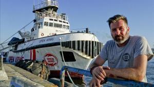 Riccardo Gatti, jefe de misión del 'Open Arms', junto al buque, en el puerto de Nápoles.
