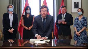 El alcalde de Madrid, José Luis Martínez-Almeida, firma los Acuerdos de la Villa, un documento que agrupa 352 medidas pactadas en las mesas sectoriales para la reactivación de la ciudad de Madrid tras la pandemia de la covd-19.