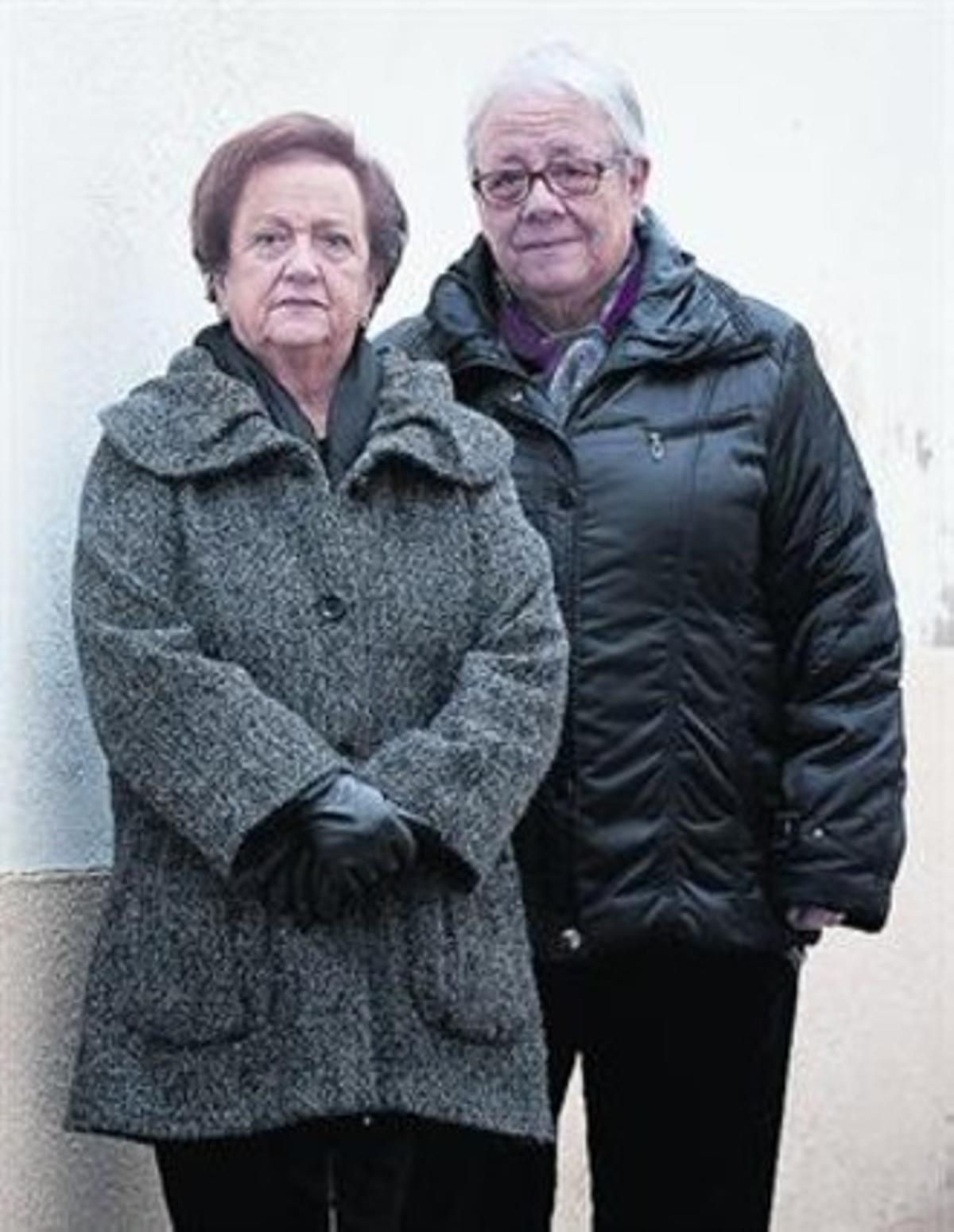 Rosa Puig y Anna Maria Torelló, en la calle de la Església de Arenys de Mar.