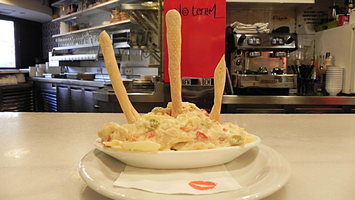 Así hace Joan Martínez, de Lolita Tapería, la receta de la ensaladilla rusa.