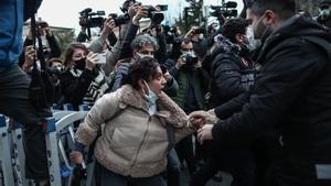 Agentes de antidisturbios turcos arrestan a un manifestante ante la universidad de Bogazici en Estambul , Turquía, el 1 de febrero de 2021.
