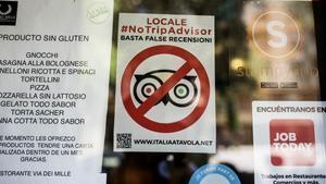 Cartel del restaurante Via dei Mille de Barcelona en el que se posiciona en contra de TripAdvisor.