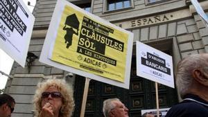 Protesta contra las cláusulas suelo delante de la delegación del Banco de España en Barcelona, en el 2015.