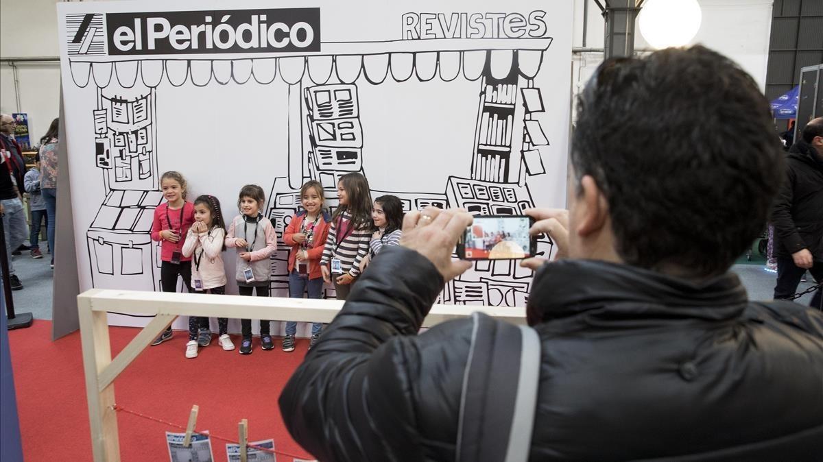 Niños en el 'quiosco' de EL PERIÓDICOen La Ciutat dels Somnis.