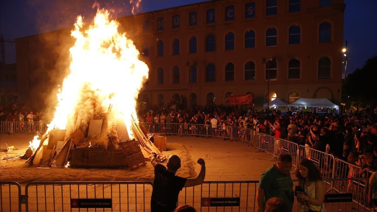 La hoguera de Sant Joan en Can Fabra de Barcelona, el año pasado.