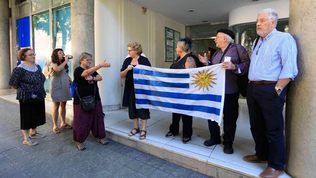 Manifestación en el Consulado de Uruguay en Barcelona a favor de María y su hija.