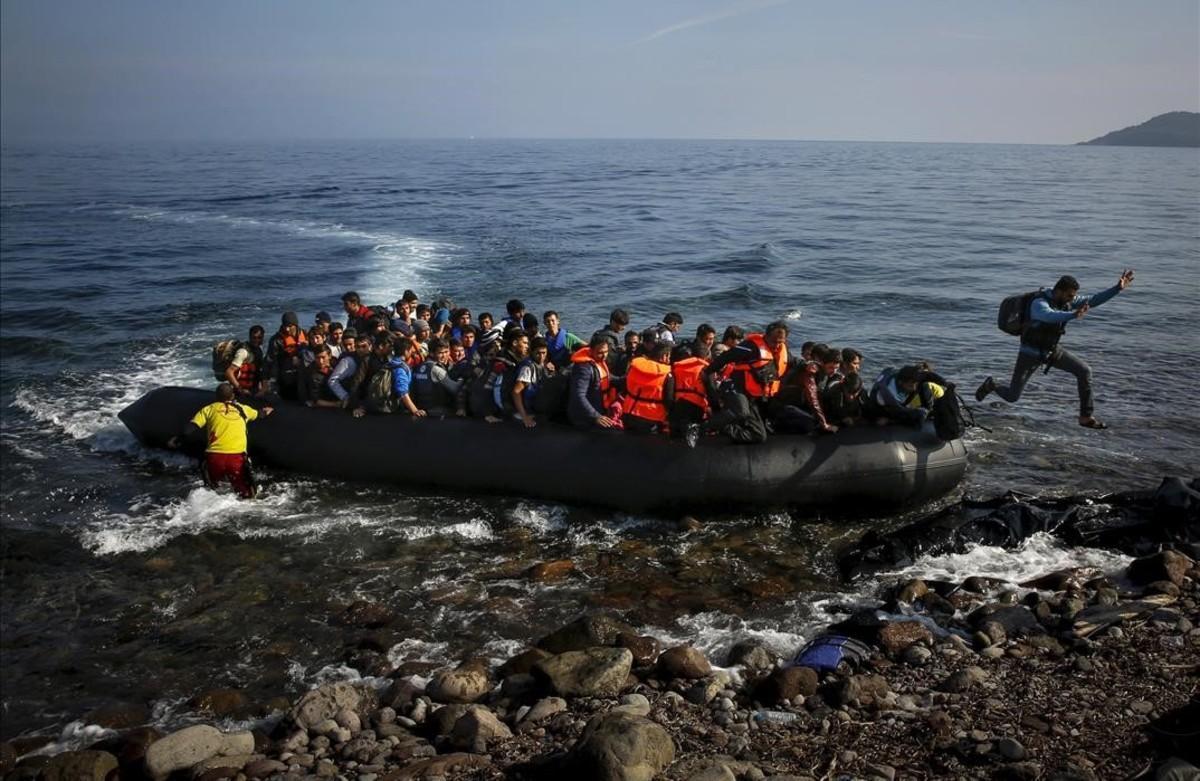 PREMIOS PULITZERUn inmigrante afgano salta de una balsa enuna playa en la isla griega de Lesbos el 19 de de octubre de el año 2015.