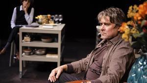 Pere Arquillué, con Marta Marco al fondo, en una escena de '53 diumenges', la obra escrita y dirigida por Cesc Gay que programa el Romea.