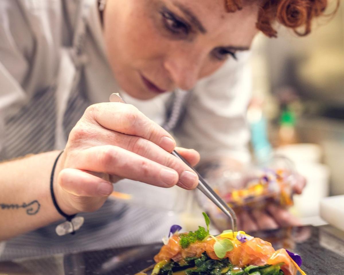 Melissa Herrera, chef del restaurante Valmas, preparando uno de sus platos.