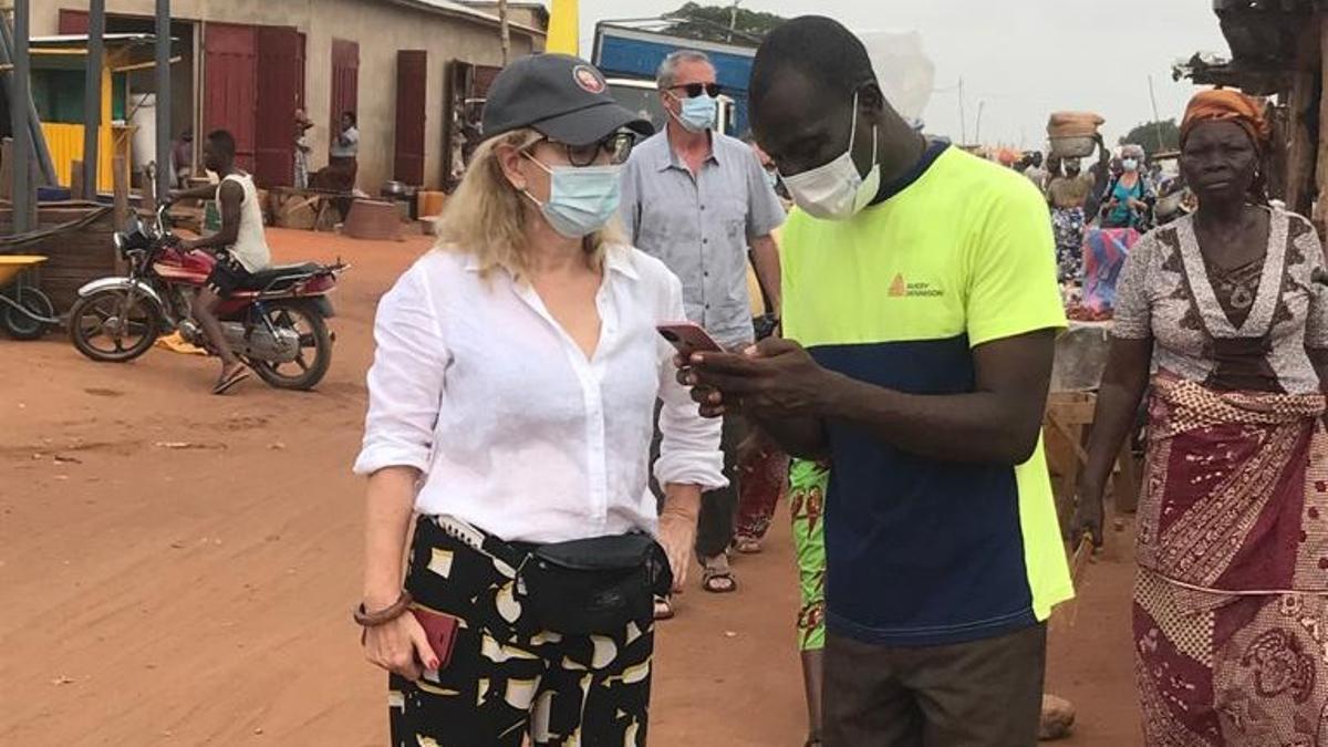 Sílvia Cóppulo. con el profesor Assou, en su visita a Benín.