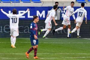 El madridista Varane celebra uno de sus dos goles ante el Huesca.
