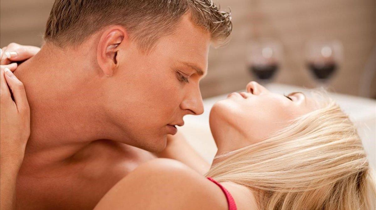 Una pareja practica sexo.