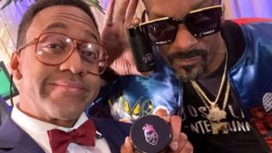 Jaleel White, en su papel de Steve Urkle, junto al rapero Snoop Dogg.