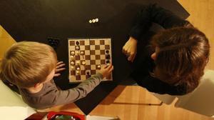 Hèctor, un niño superdotado, juega al ajedrez con su madre.