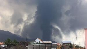 El volcán de La Palma, en plena explosión.