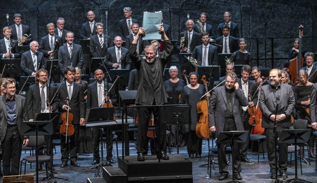 El director HK Gruber muestra la partitura de 'Der Prozess' al final de la intepretación de esta ópera de Gottfried von Einem, en el Festival de Salzburgo.