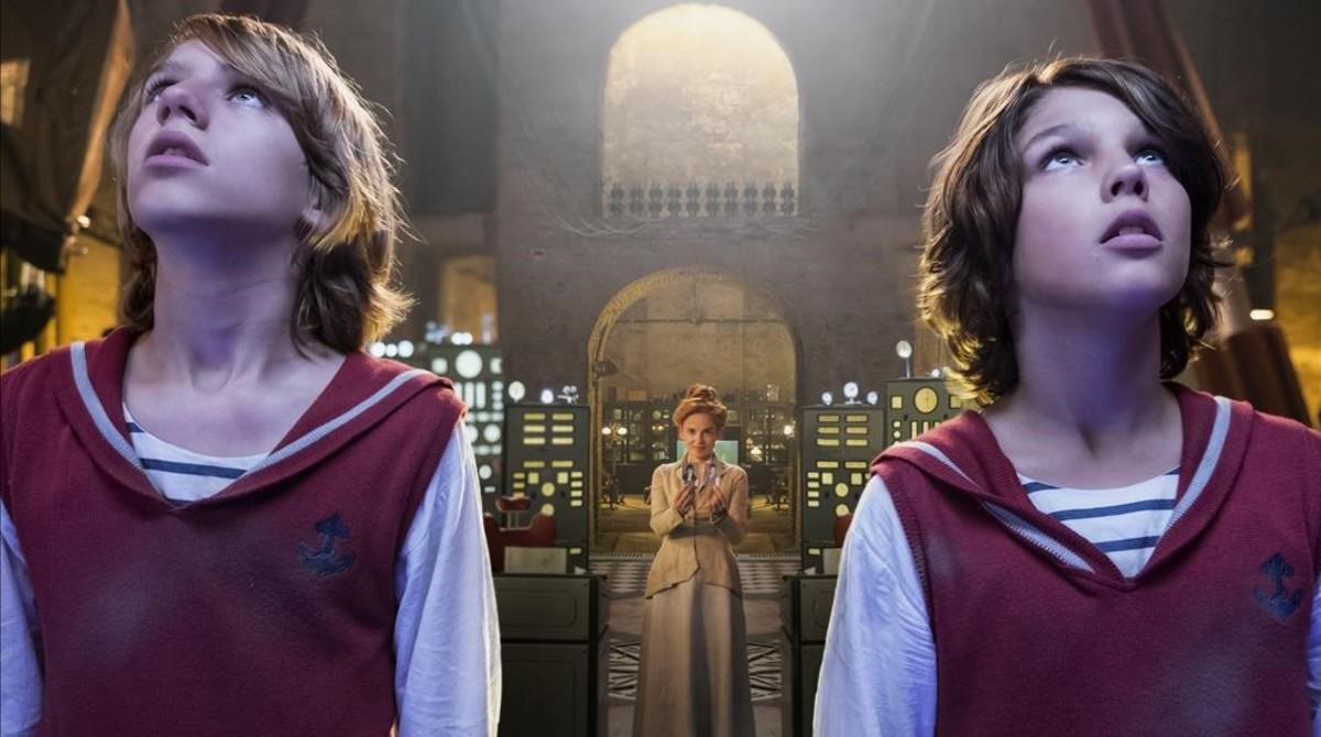 Elena Anaya, en la piel de una villana inspirada en Peter Pan, entre Zipi (el rubio, Teo Planell) y Zape (el moreno, Toni Gómez).