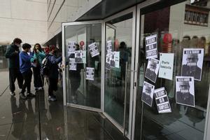 Alumnos del Institut del Teatre, en la protesta contra los abusos, este lunes en la puerta del centro.