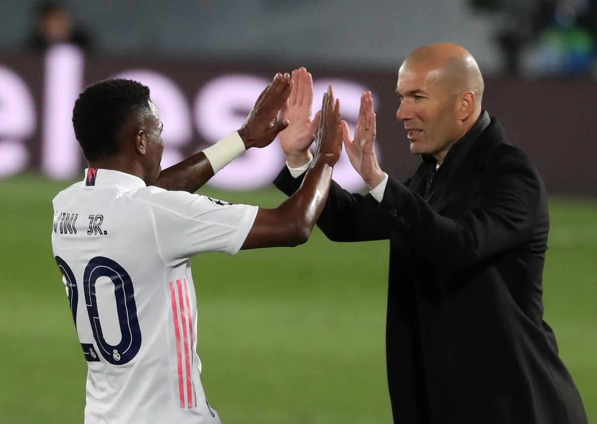 El entrenador del Madrid Zinedine Zidane (d) y felicita a Vinicius durante un partido.