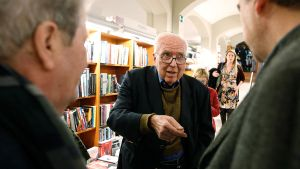 Román Gubern, autor de 'Un cinéfilo en el Vaticano', este lunes, durante la presentación de la obraen la librería Laie.