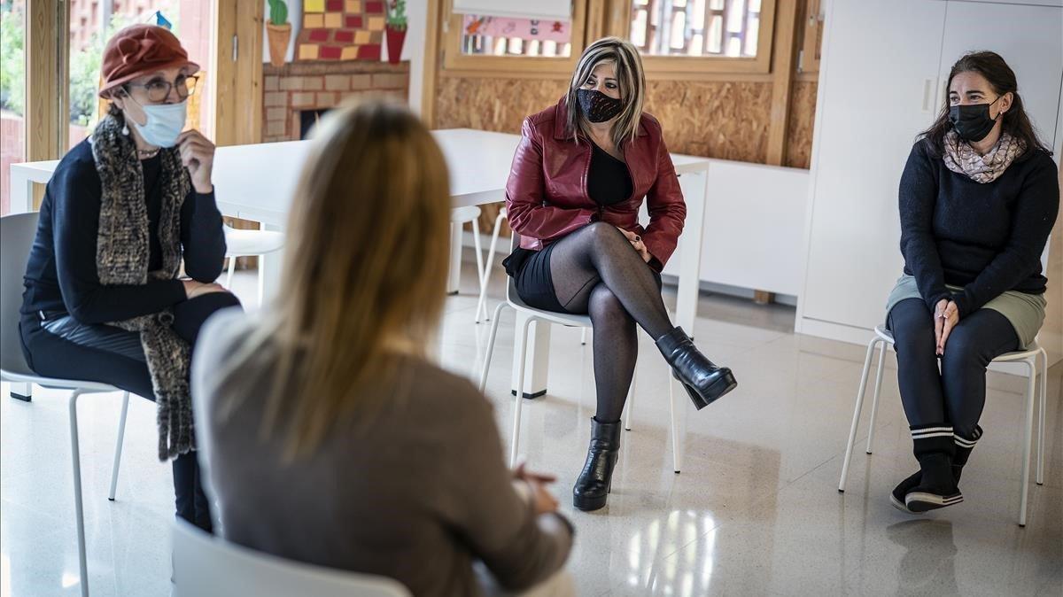 Tercera sesión del grupo de apoyo emocional, organizado por el Ayuntamiento de Barcelona en el Casal Barri Trinitat Nova.