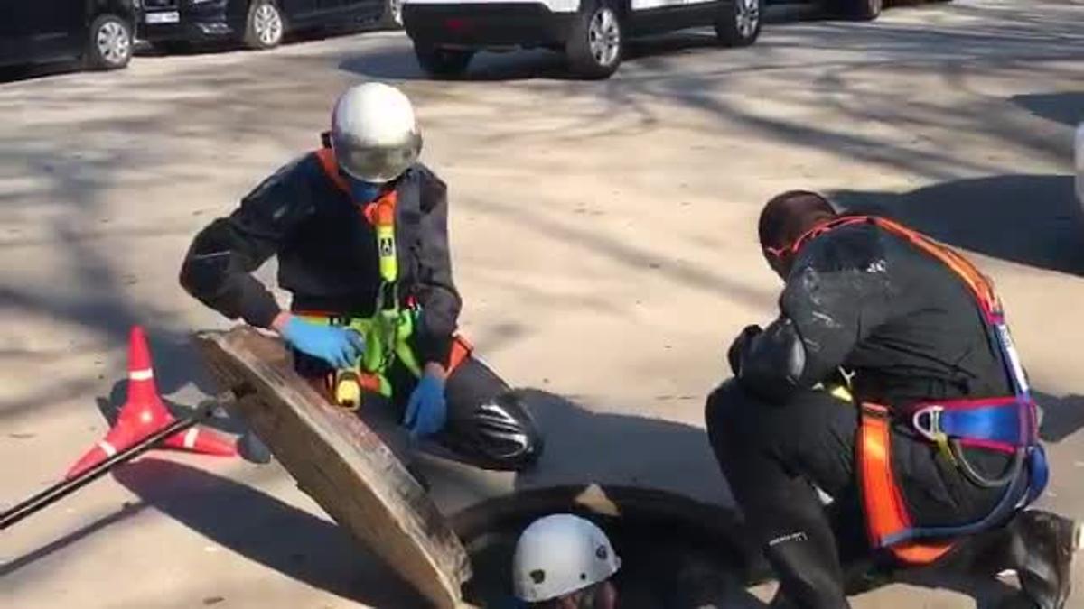 Agentes de la Policía Nacional española registrando la cloacas del Parc de la Ciutadella, días antes del pleno de investidura del Parlament.