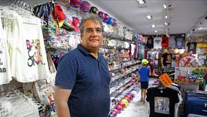 Alok Lahab, en su tienda de la calle de Marina, junto a la Sagrada Família.