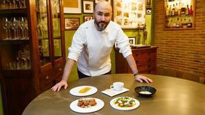 Artur Martínez, con el menú de la cena de Fin de Año que propone a los lectores de EL PERIÓDICO.