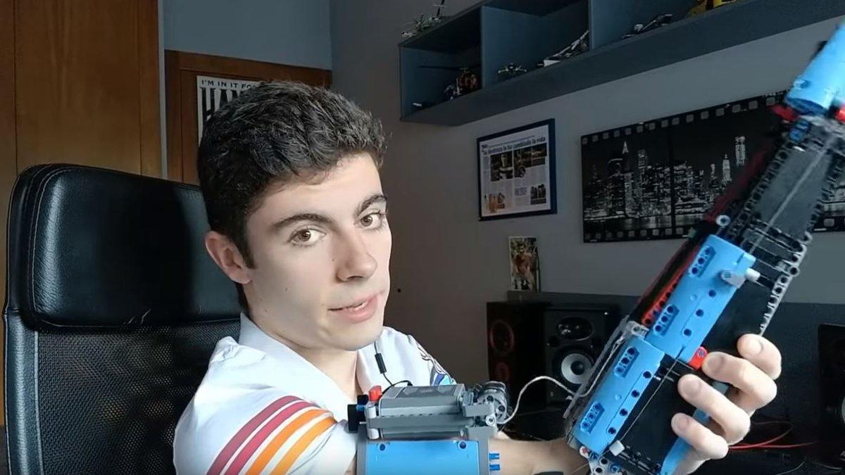 David Aguilar muestra su brazo de Lego.