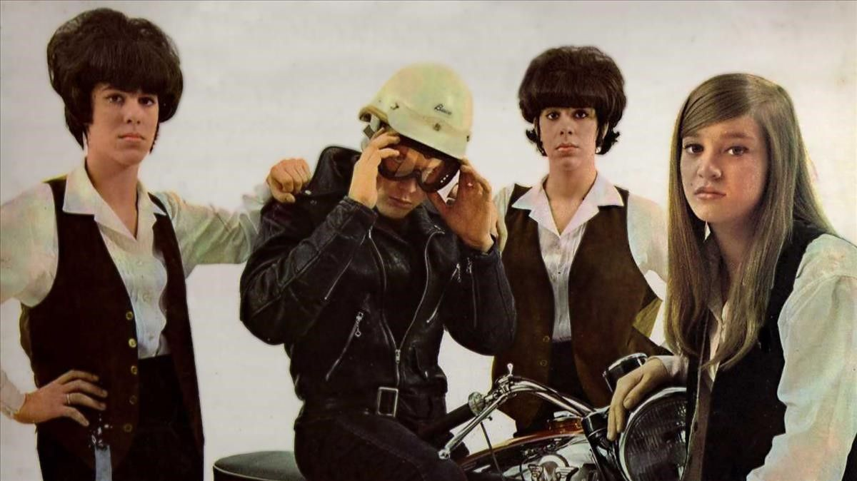 Las Shangri-Las y un chico malo en una imagen promocional de 'Leader of the pack', en 1965.