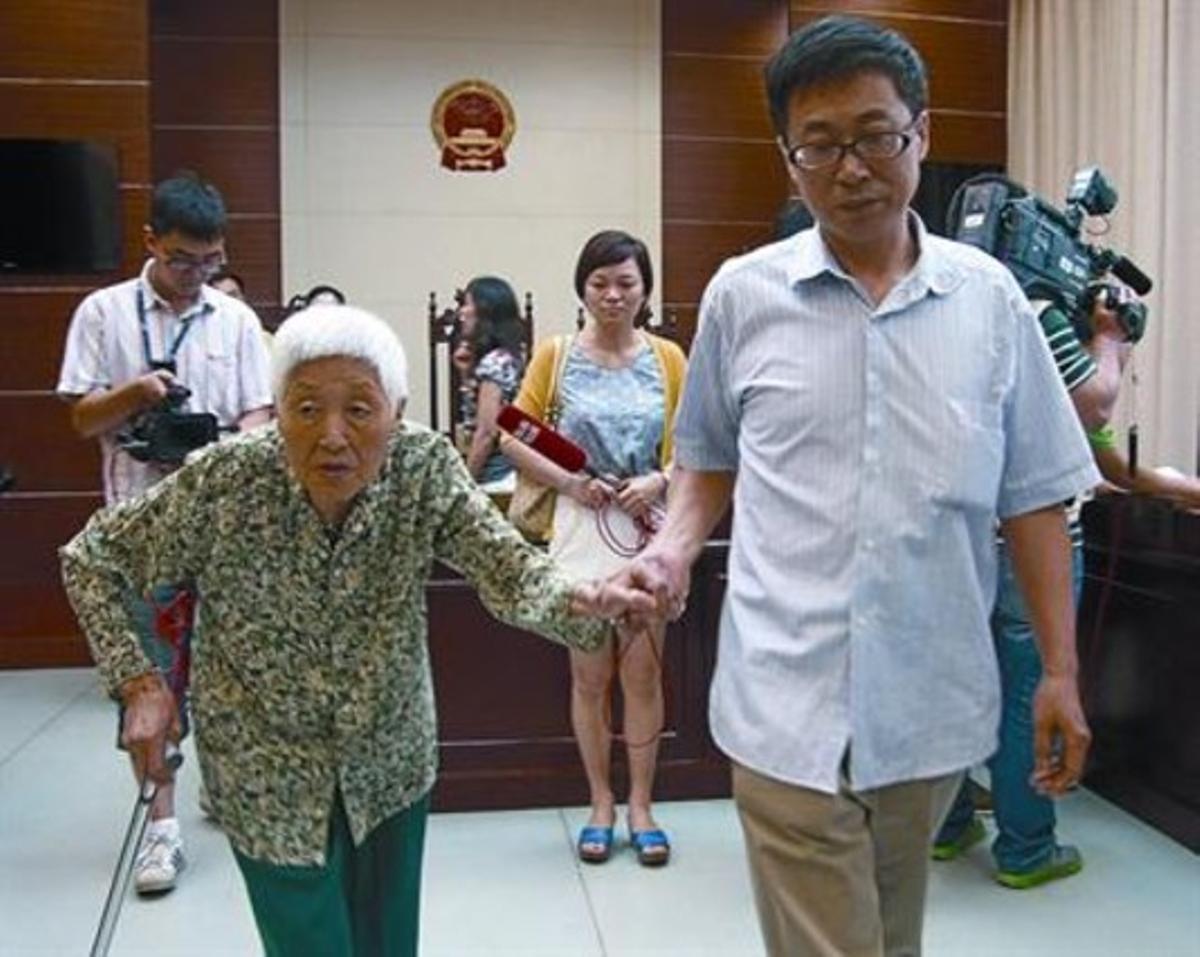 Una anciana sale del tribunal de Wuxi que ordenó a su hija visitarla al menos una vez cada dos meses.