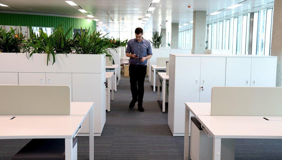 Trabajador de la Generalitat en las nuevas oficinas del 'distrito administrativo', en Zona Franca.