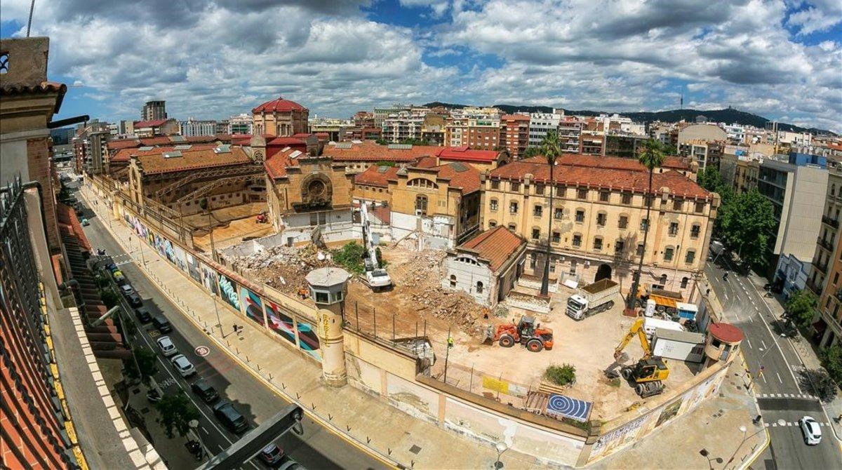 Las máquinas trabajan en el derribo de la cárcel Modelo, en la zona de la calle de Provença, en agosto del 2020.
