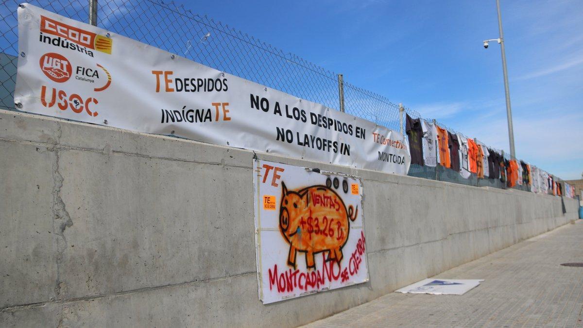 Pancartas de protesta de los trabajadores de TE Connectivity contra el cierre de la planta en Montcada i Reixac.