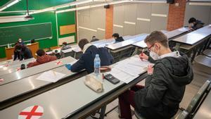 Alumnos universitarios, durante los exámenes presenciales de enero